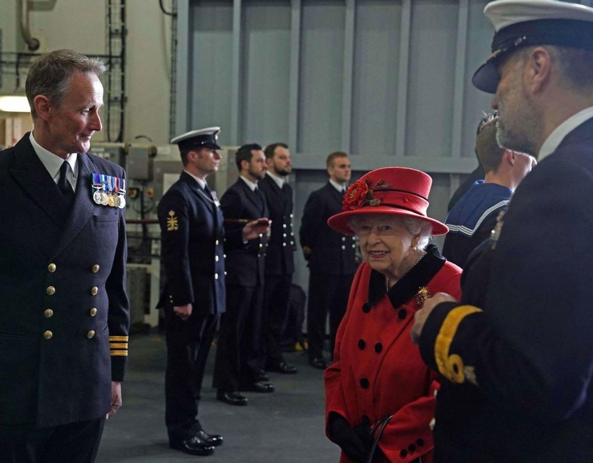 Dronningen ses her ombord på hangarskibet HMS Queen Elizabeth lørdag den 22. maj. Foto: Scanpix/Steve Parsons / POOL / AFP)