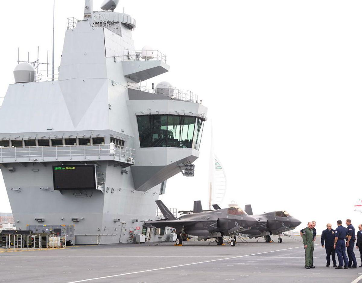 Dronningen besøgte HMS Queen Elizabeth i forbindelse med, at skibet stod ud på sin jomfrurejse fra flådebasen i Portsmouth. Foto: Scanpix/Leon Neal/Pool via REUTERS