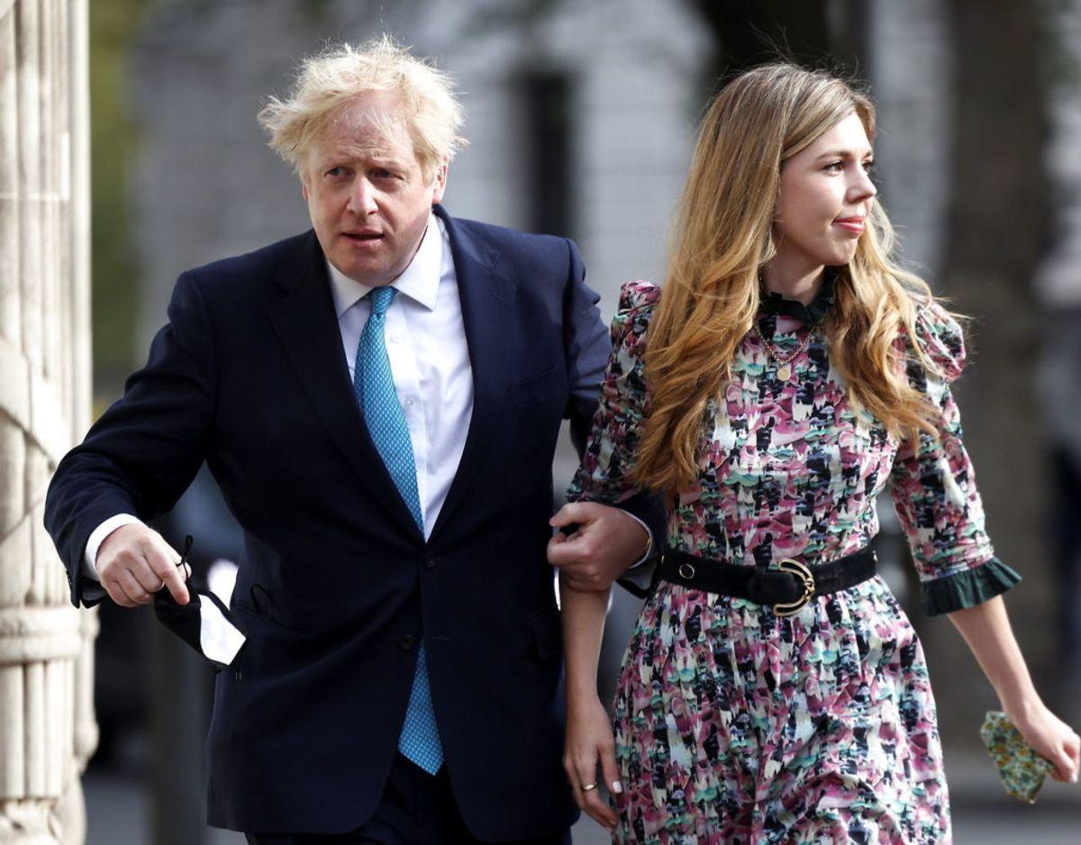 Boris Johnson,d er her ses sammen med sin kone Carrie Symonds, mistede natten til tirsdag sin mor.