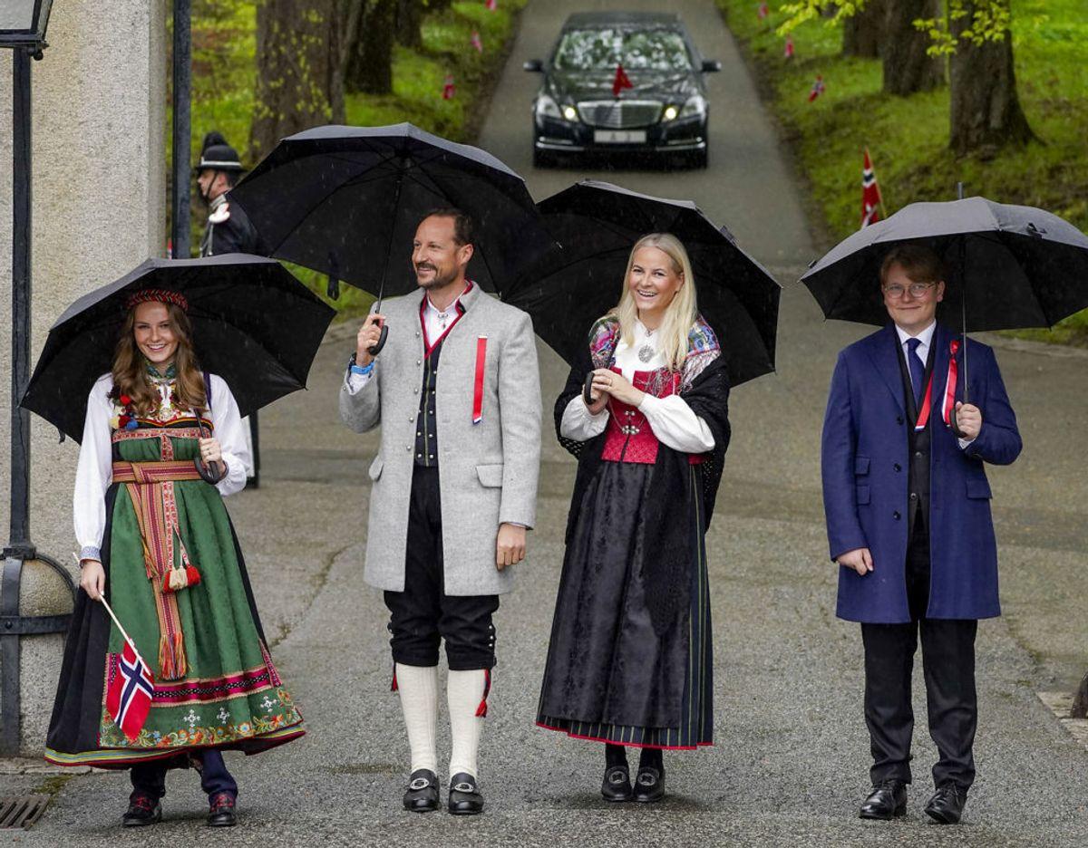 Kronprinsfamilien på vej rundt i Asker udenfor Oslo, hvor de bor. Foto: Scanpix/Lise Åserud / POOL / NTB