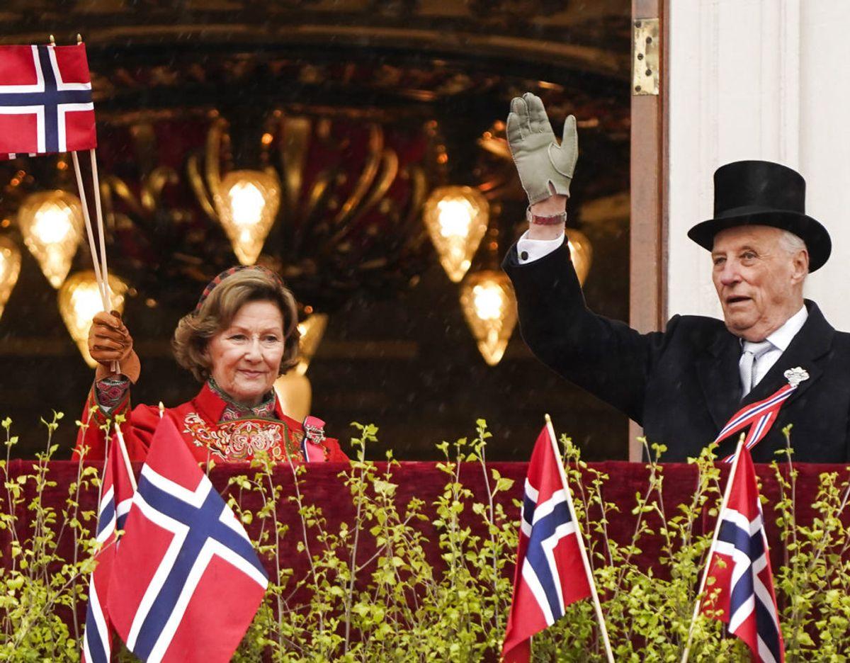 Det norske kongpar ses her på slotsbalkonen i Oslo. Foto: Scanpix/Lise Åserud / POOL / NTB