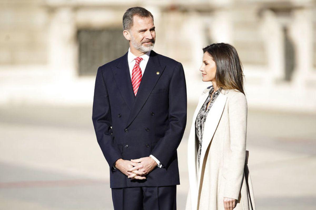 Kong Felipe er nemlig 197 centimeter – og selvom fruen er høj, ser hun lille ud. Kong  Felipe er den højeste royale i Europa, skriver Svenske Dam. Foto: Scanpix