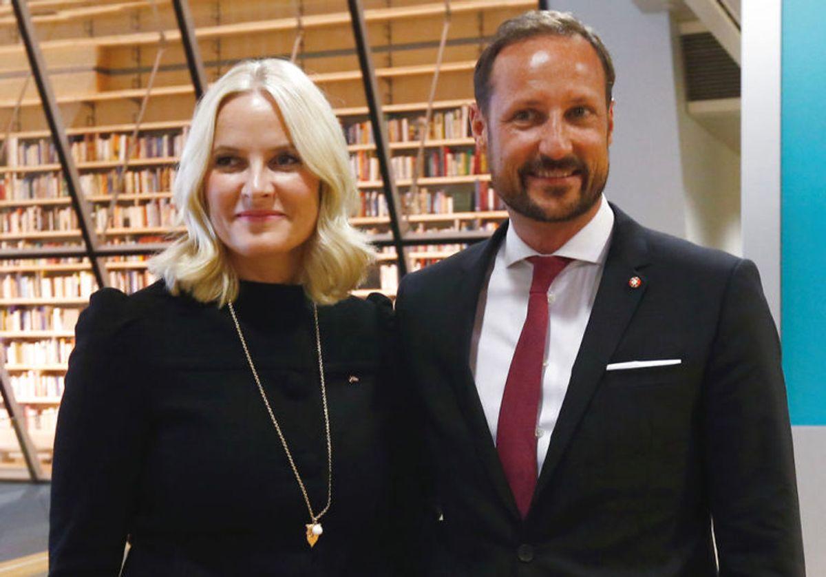 Kronprins Haakon er dog lidt højere end fruen, da han er 186 centimeter. Foto: Scanpix