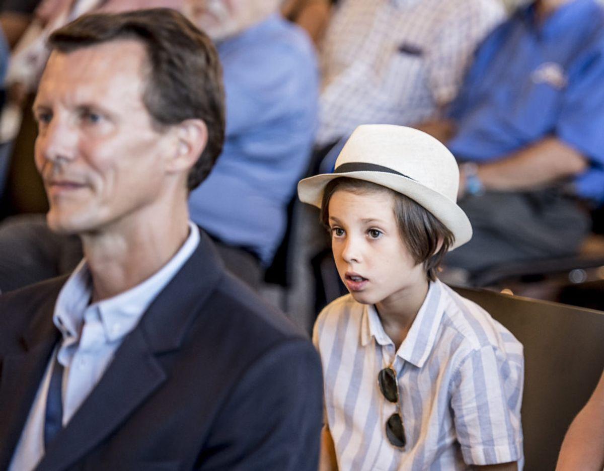 Prins Henrik er også sommetider med sine forældre ude i officielle ærinder. Her ses prinsen med sin far, prins Joachim, til åbningen af Copenhagen Historic Grand Prix i 2018. Arkivfoto: Mads Claus Rasmussen/Ritzau Scanpix