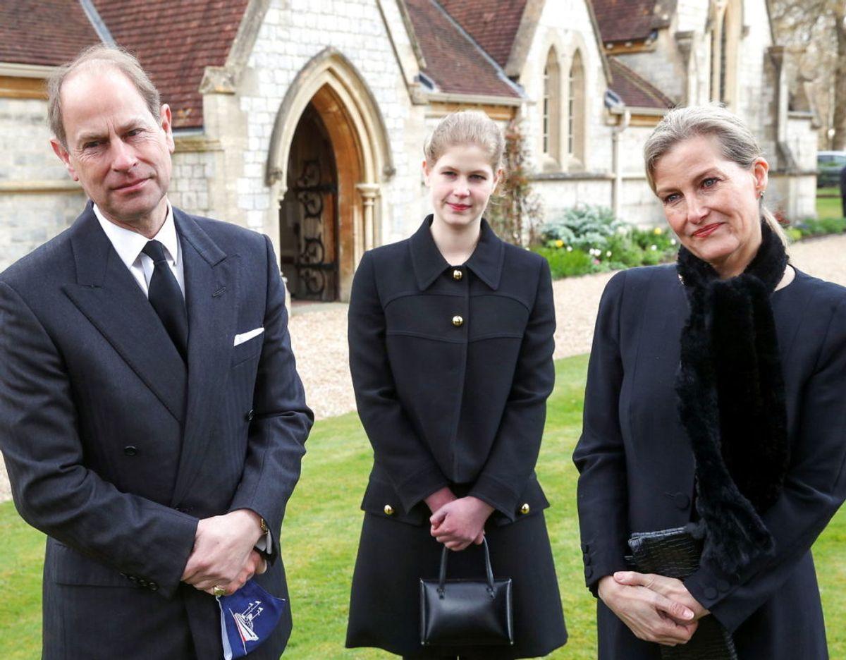 Lady Louise Windsor ses her mellem sine forældre, prins Edward og grevinde Sophie af Wessex. Foto: Scanpix/Steve Parsons/PA Wire/Pool via REUTERS