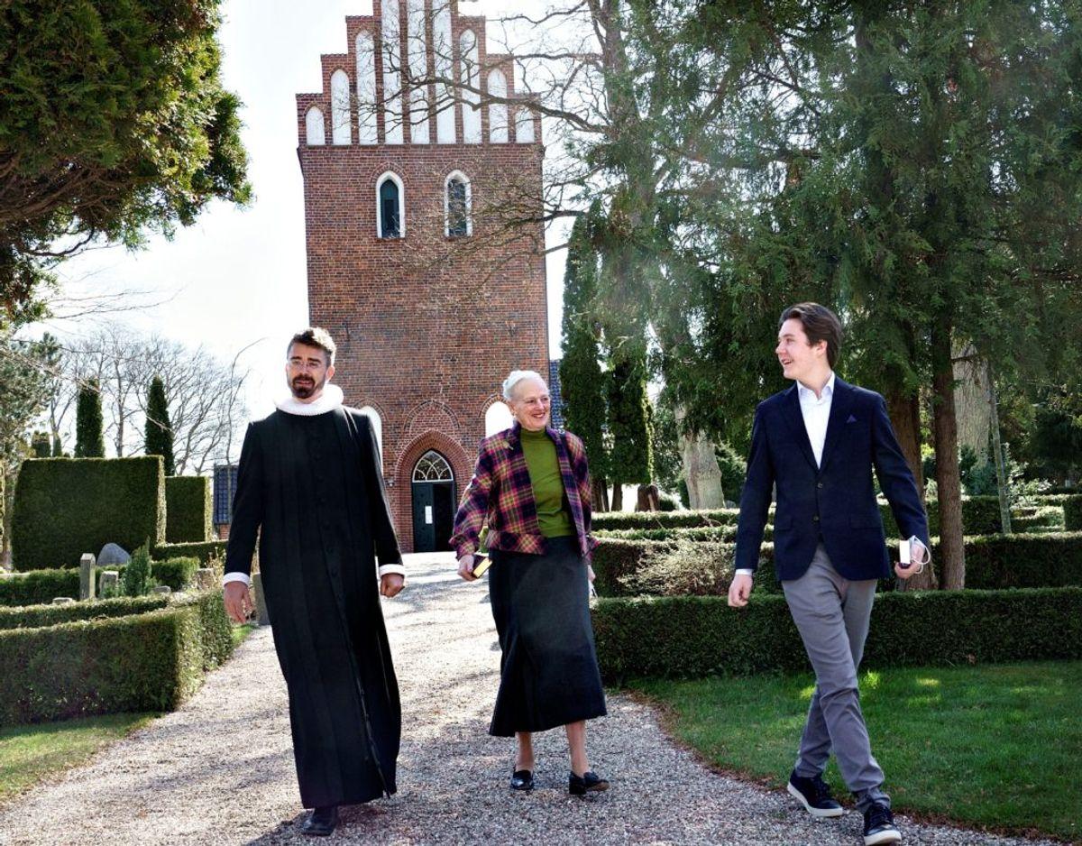 Dronning Margrethe og prins Christian forlader kirken sammen med sognepræst Keld Navntoft, Kongehuset. Foto: Keld Navntoft/Kongehuset.