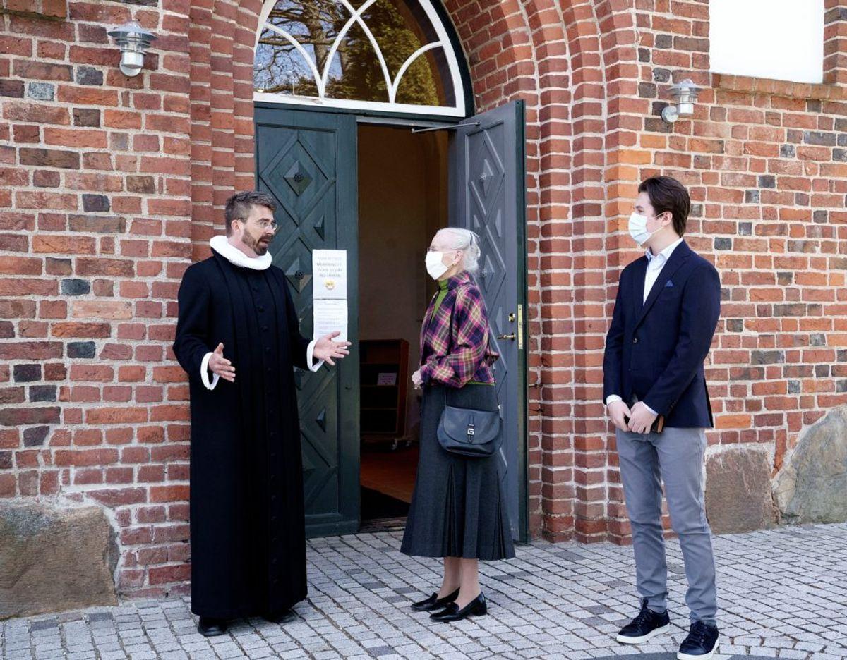Dronning Margrethe og prins Christian taler med sognepræst Simon A. Drigsdahl. Foto: Keld Navntoft/Kongehuset