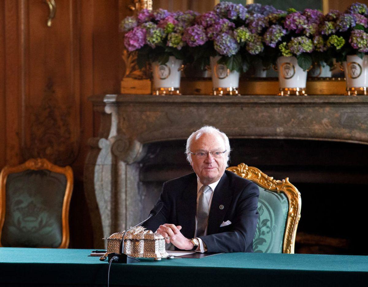 En pavestolt kong Carl Gustaf da han annoncerede at hans lille, ny barnebarn får navnet Julian Herbert Folke og title af hertug af Halland. Klik videre for flere billeder. Foto: Scanpix/ Sara Friberg/ Kungl. Hovstaterna /