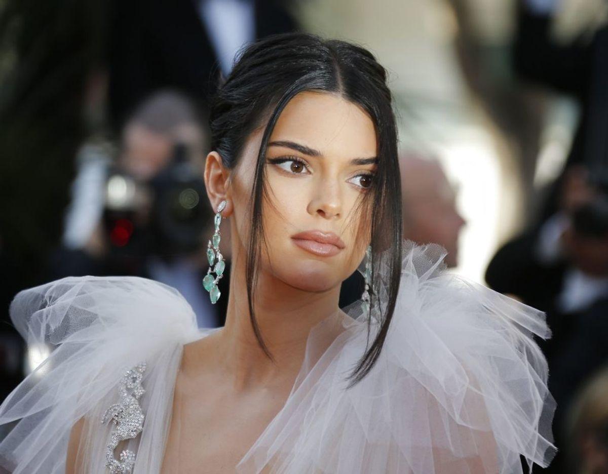 En sindsforvirret mand har udtrykt ønske om at skyde Kendall Jenner. Nu har en dommer i Los Angeles udstedt et tilhold, der forbyder manden nogen måde at nærme sig hende. Klik videre for flere billeder. Foto: Scanpix/REUTERS/Regis Duvignau