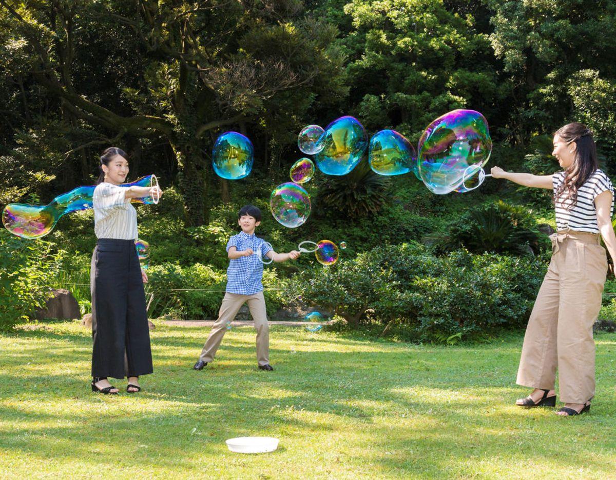 Prins Hisahito hygger sig med sine søstre, prinsesse Kako (th) og prinsesse Mako. Klik videre for flere billeder. Foto: Scanpix/Royal Household Agency of Japan/Handout via REUTERS