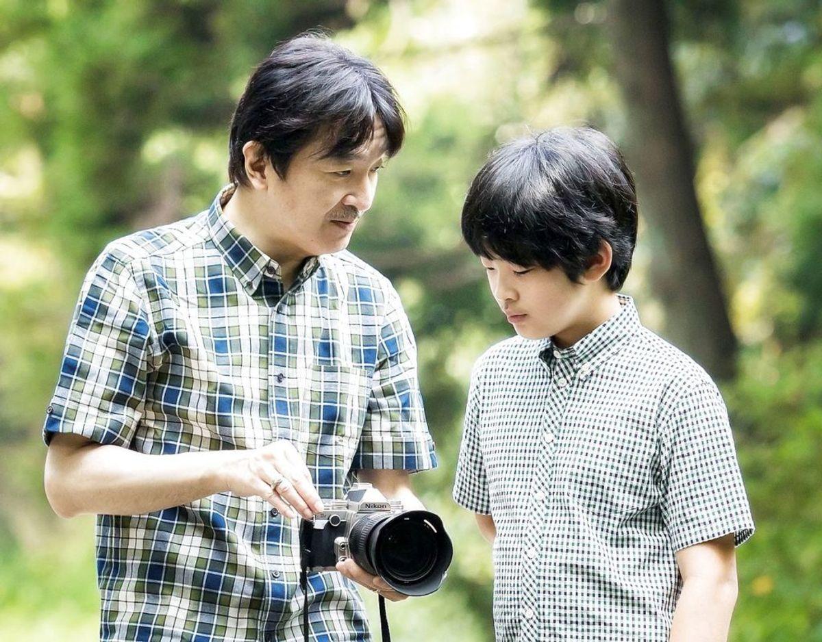 Far og søn – ronprins Akishino og prins Hisahito.  Klik videre for flere billeder. Foto: Scanpix/Agency of Japan/Handout via REUTERS.