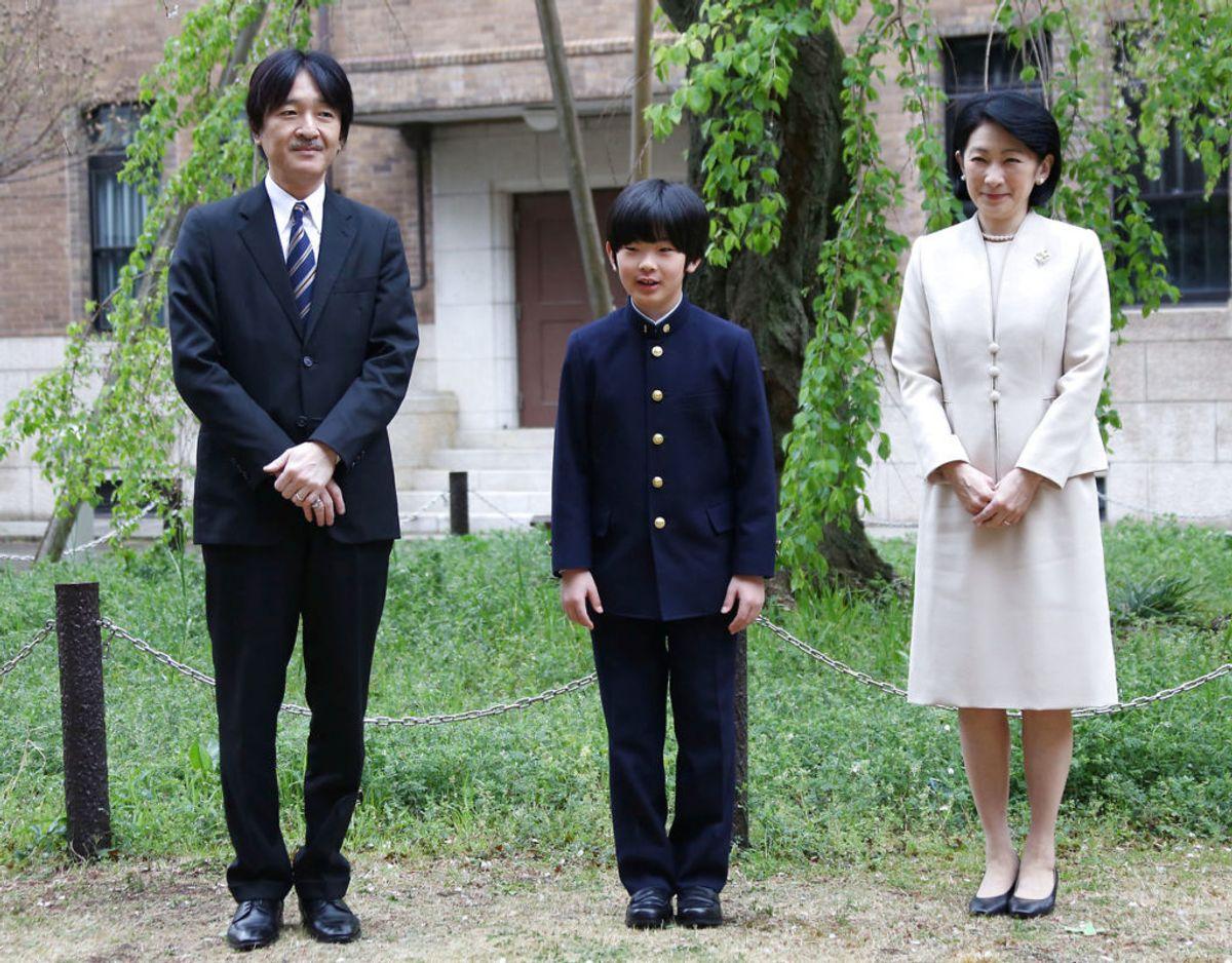 Prins Hisahito ses her mellem sine forældre, kronprins Akishino og prinsesse Kiko. Foto: Scanpix/Koji Sasahara/Pool via Reuters