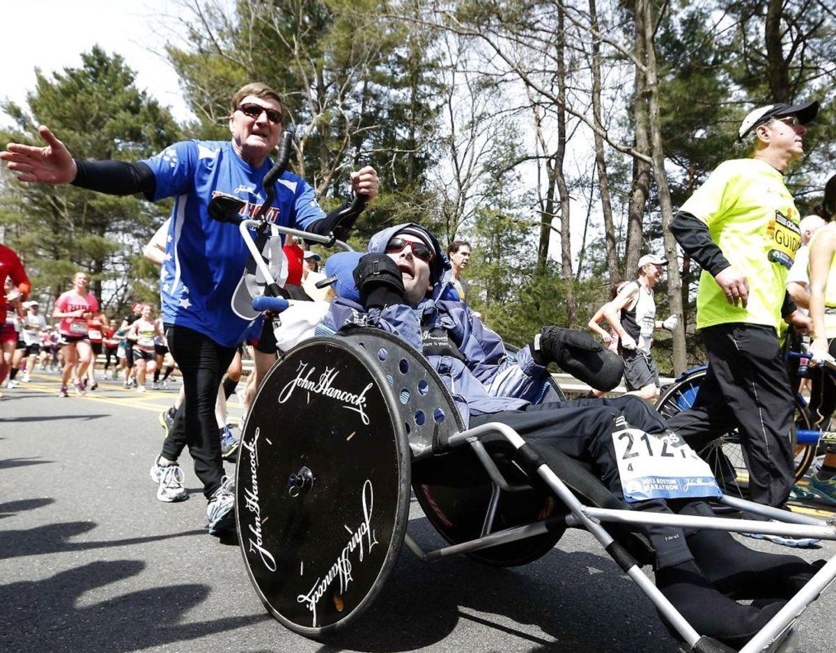 Dick Hoyt, der ialt 32 gange gennemførte Boston Marathon skubbende sin multihandicappede søn Rick foran sig i kørestol, er død. Han blev 80 år gammel. Foto: Scanpix/Michael Dwyer