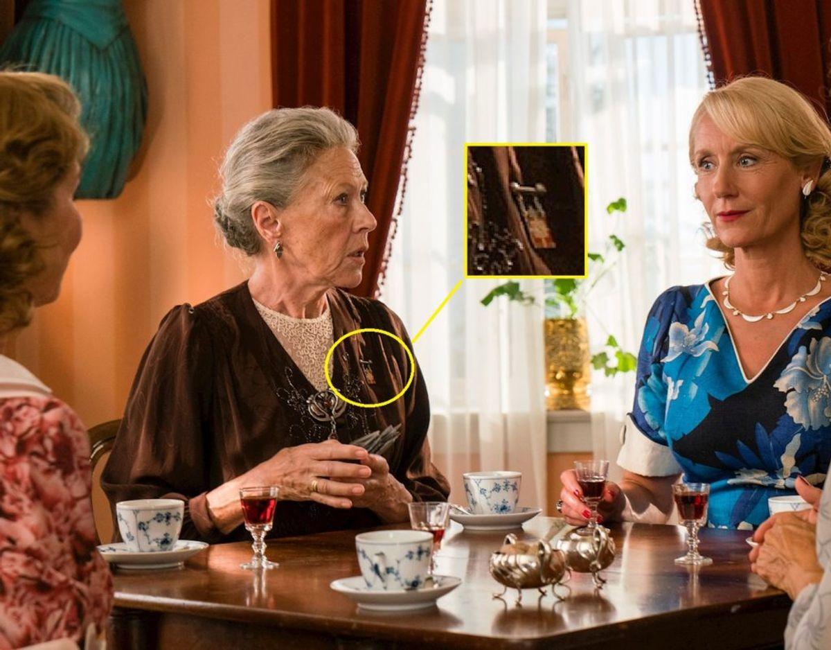 Læg mærke til den royale detalje på fru Fjeldsøs skjorte. Foto: Mike Kollöffel, TV2. KLIK VIDERE og se hvordan mærkerne ser ud.