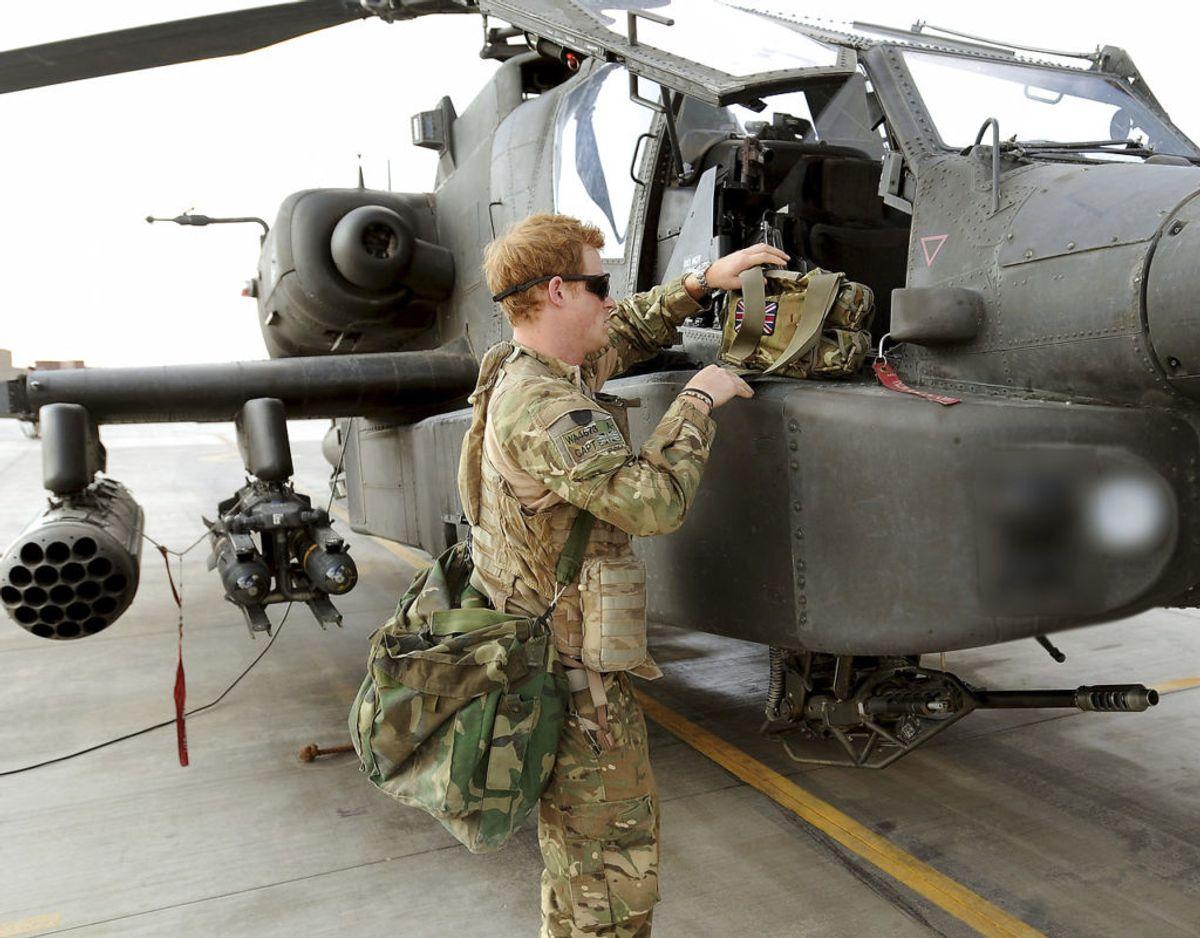 Prinsen har selv en mere end 10 år lang militærkarriere bag sig. Han er blandt andet uddannet kamphelikopterpilot og har af to omgange været udsendt i aktiv tjeneste til Afghanistan. Klik videre for flere billeder. Foto: Scanpix/REUTERS/John Stillwell/Pool