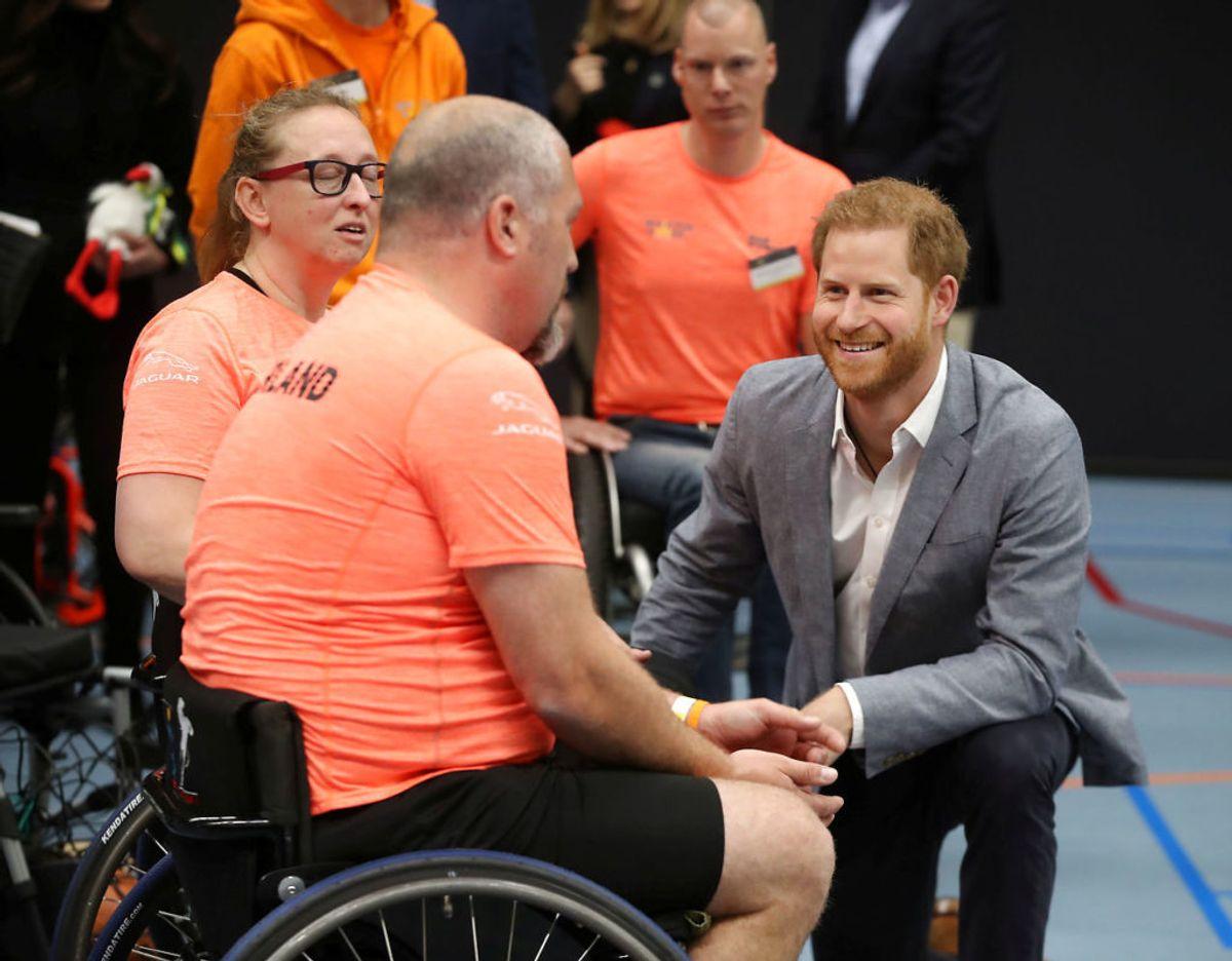 Prins Harry ses her sammen med medlemmer af det britisk Invictus Games team under præsentationen af Haag arrangementet, der skulle have fundet sted i 2020. Klik videre for flere billeder. Foto: Scanpix/Chris Jackson/Pool via REUTERS