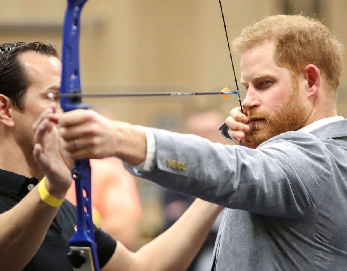 Prinsen har ofte besøgt det britiske Invictus Games team. Her prøver han kræfter med bueskydning, der er en af de discipliner, der dystes i. Klik videre for flere billeder. Foto: Scanpix/ Chris Jackson/Pool via REUTERS