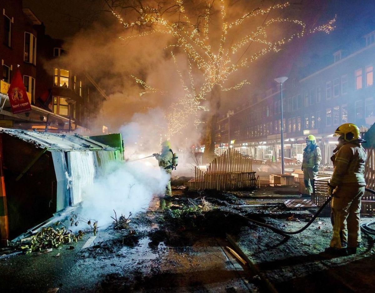 Brandfolk på arbejde under uroligheder i Rotterdam. Klik videre for flere billeder. Foto: Scanpix/Marco de Swart / ANP / AFP