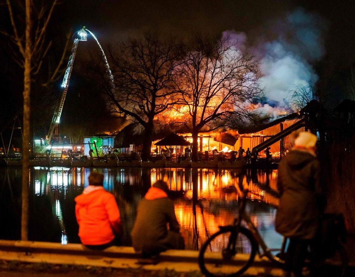 En påsat brand under uroligheder i Rotterdam. Klik videre for flere billeder. Foto: Scanpix/Marco de Swart / ANP / AFP