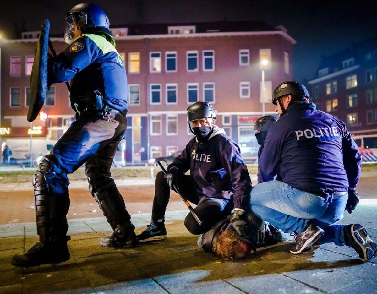 Politiet har været på hårdt arbejde under urolighederne. Foto: Scanpix/Marco de Swart / ANP / AFP)