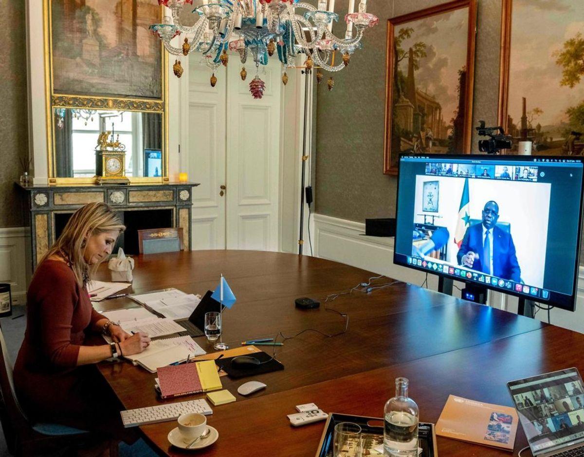 Dronning Maxima på sit kontor på slottet i Amsterdam under mødet om finansiel inklusion med højtstående senegalesere. Klik videre for flere billeder. Foto: Scanpix/Patrick Van EMST / various sources / AFP) /