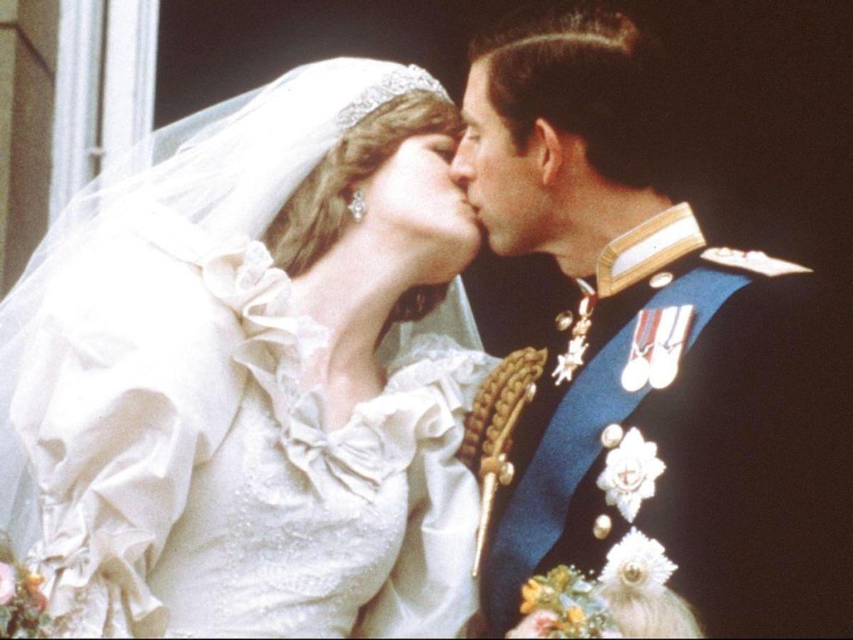 Parrets første møde var ikke helt som i serien. Diana var ikke klædt ud, og mødet foregik udenfor. Foto: – / POOL / AFP