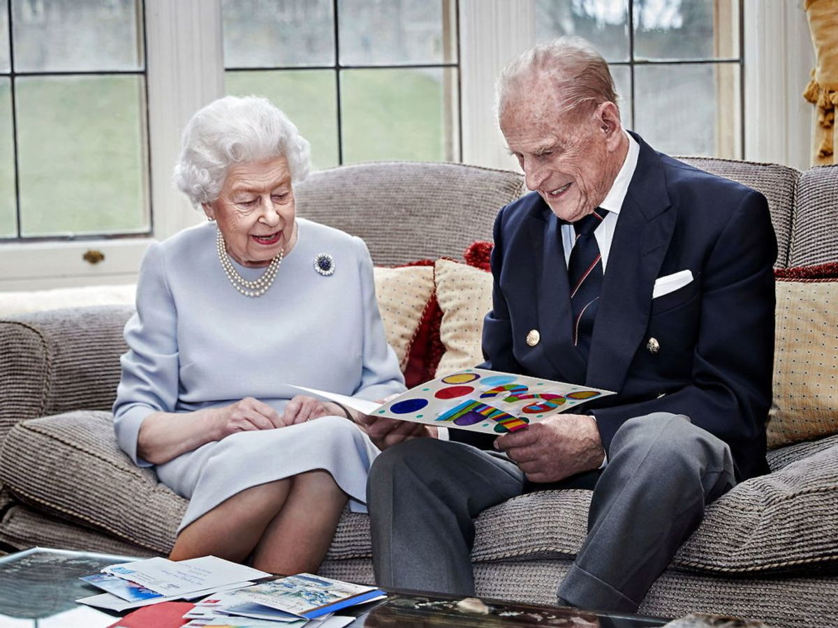 I anledningen af 73 år som ægtefolk, ser dronning Elizabeth og prins Phillip på hjemmelavede kort fra deres oldebørn, som ønsker dem tillykke. KLIK VIDERE OG SE FLERE BILLEDER. Foto: Chris Jackson/Getty Images Europe/Handout via REUTERS