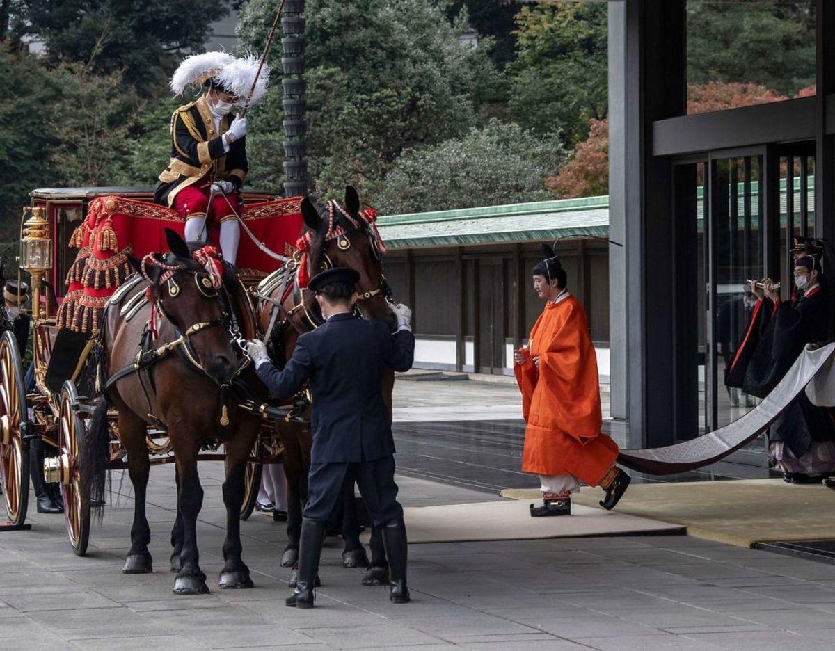Kronprins Fumihito ses her på vej ud til en ventende karet efter sin officielle udnævnelse som tronarving. Klik videre i galleriet for flere billeder. Foto: Scanpix/Carl Court / POOL / AFP)