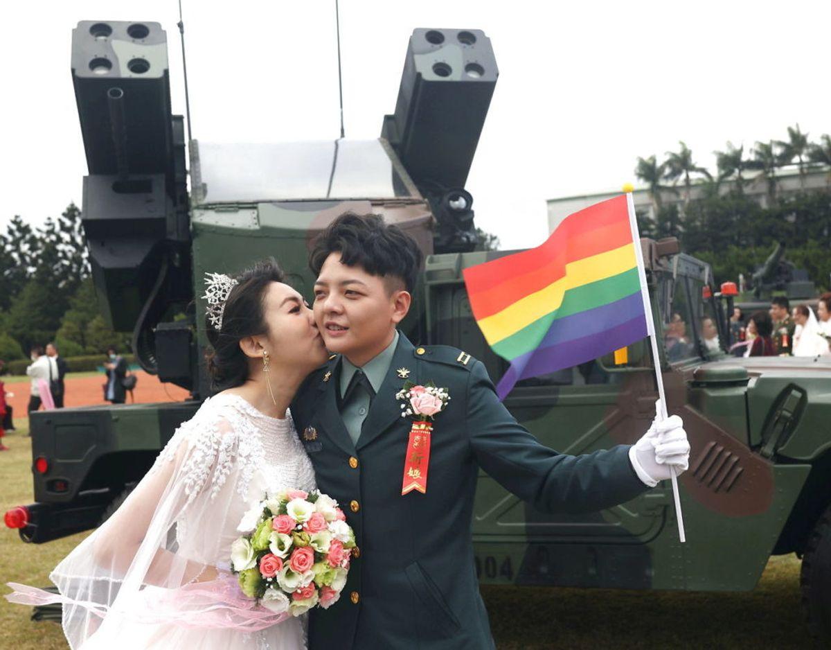 Chen Ying-Hsuan blev viet med Li Chen-Chen, og situationen blev foreviget foran en AN/TWQ-1 Avenger. Foto: Ann Wang/Scanpix