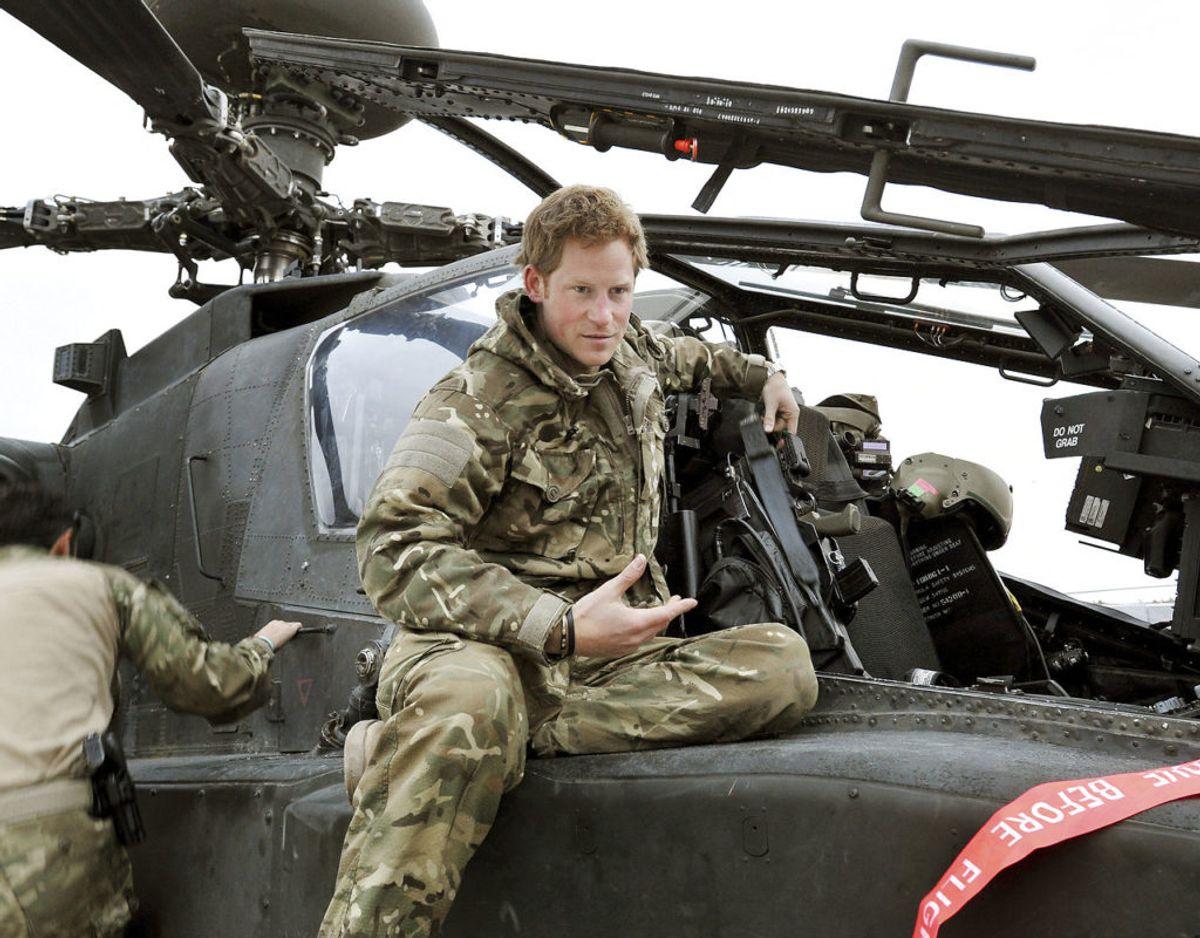 Prins Harry er uddannet pilot og kommandør på en Apache-kamphelikopter. Klik videre i galleriet for flere billeder. Foto: Scanpix/REUTERS/John Stillwell/Pool/Files