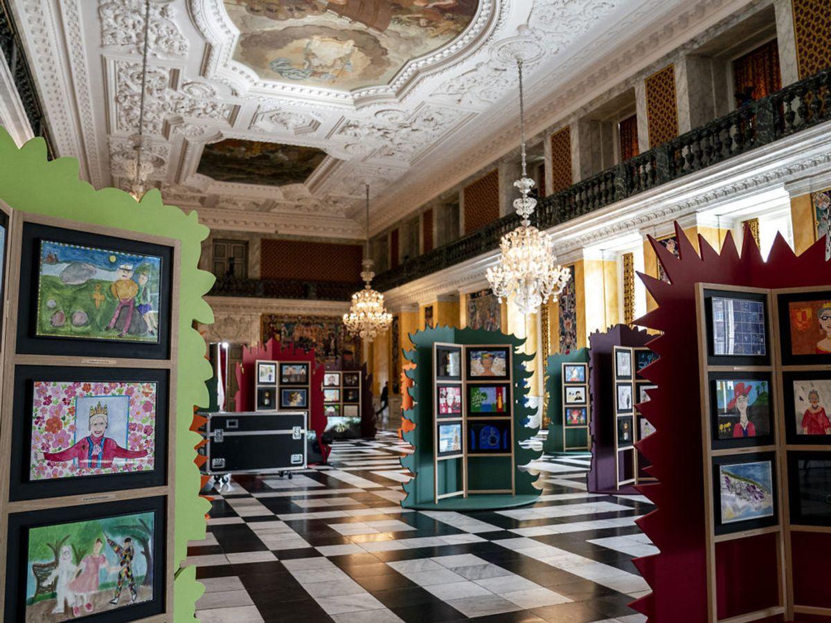 I gave har dronningen også modtaget 98 malerier fra 98 kommuner i Danmark. Foto: Niels Christian Vilmann/Ritzau Scanpix