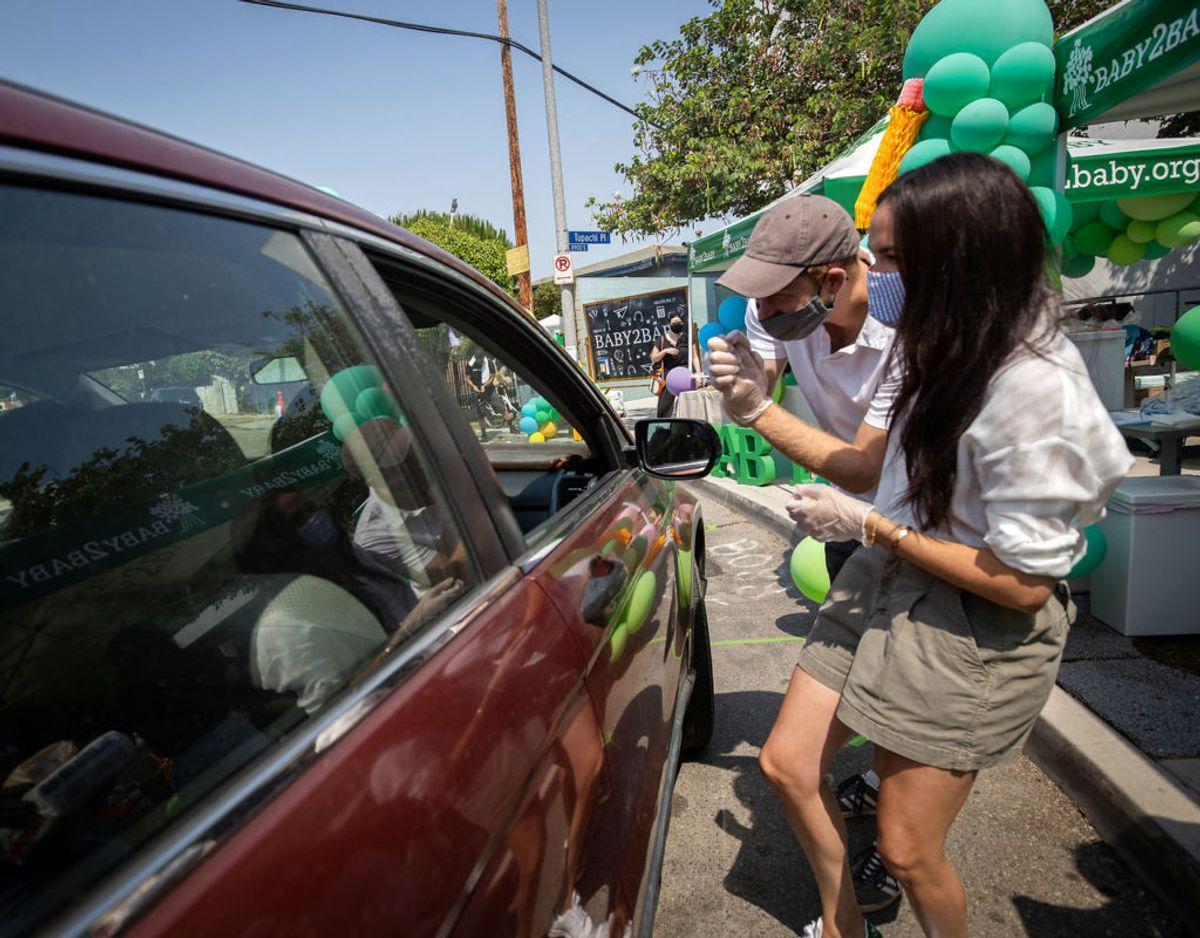 Harry og Meghan har også givet en hånd med som frivillige under corona-krisen. Her deler de fornødenheder ud til skoleelever i Los Angeles. Klik videre for flere billeder. Foto: Scanpix/The Duke and Duchess of Sussex/via REUTERS