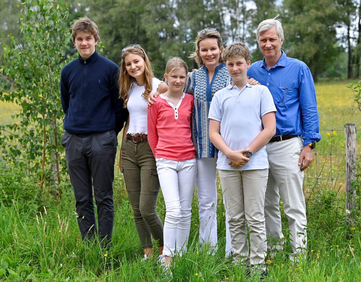 Paladset i Bruxelles funger som bolig for den kongelig familie. Her ses kong Philippe og dronning Mathilde sammen med deres fire børn prins Gabriel, kronprinsesse Elisabeth, prinsesse Eleonore og prins Emmanuel. Foto: Scanpix/Dirk Waem/Pool via Reuters
