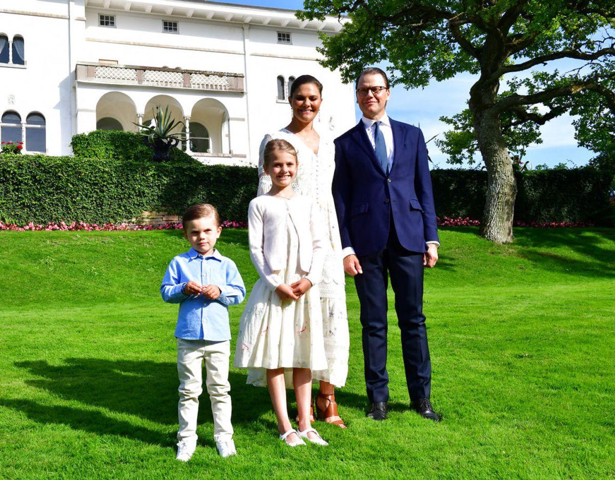 Fødselaren ses her sammen med sin lille familie, kronprinsesse Victoria samt børnene prinsesse Estelle og prins Oscar. Klik videre i galleriet for flere billeder Foto: Scanpix/Jonas Ekstromer /TT News Agency/via REUTERS