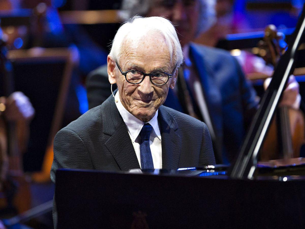 Bent Fabricius-Bjerre bliver her fejret – i anledning af hans 90-års fødselsdag – ved et stort show i Musikkens Hus i Aalborg, den 25. november 2014. Foto: Henning Bagger / Scanpix