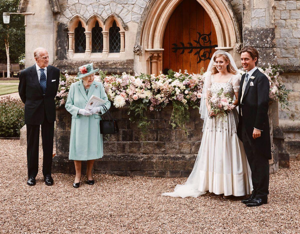 Endnu et officielt bryllupsfoto, hvor også brudens farnor og farfar, dronning Elizabeth og prins Philip er med. Foto: Benjamin Wheeler/Pool via REUTERS
