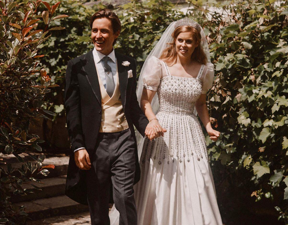 Prinsesse Beatrice og Edoardo Mapelli Mozzi  ses her umiddelbart efter deres bryllup. KLIK VIDERE OG SE DE SKØNNE BILLEDER. Foto: Benjamin Wheeler/Pool/Scanpix