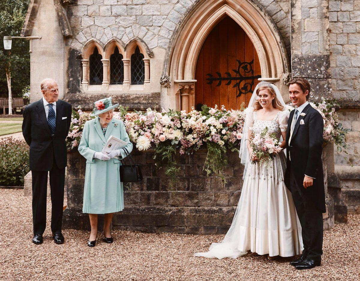 Dronning Elizabeth var selvfølgelig til brylluppet med sin mand, men prins Andrew er ingen steder at se på de officielle billeder. Foto: Benjamin Wheeler/Pool/Scanpix