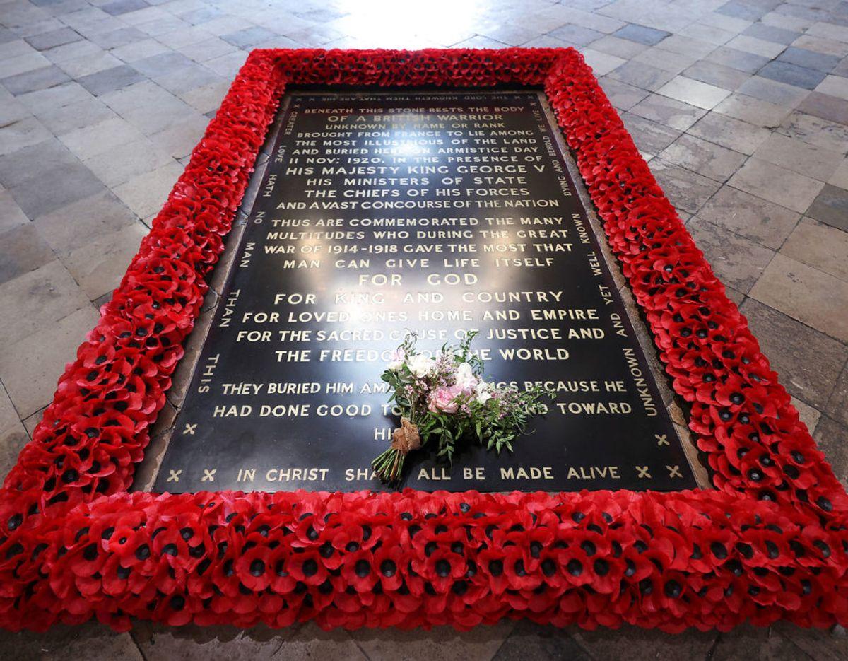 Brudebuketten er traditionen tro lagt på den ukendte soldats grav i Westminster Abbey i London. Foto: Yui Mok/Pool/Scanpix