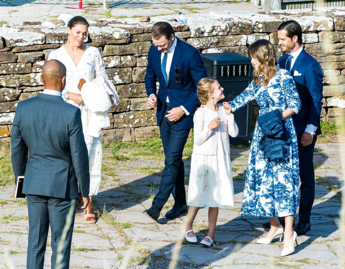 Kronprinsesse-familien ankommer til Borgholms Slot sammen med prins Carl Philip og prinsesse Sofia. Klik videre i galleriet for flere billeder. Foto: Scanpix/SPA/Danapress