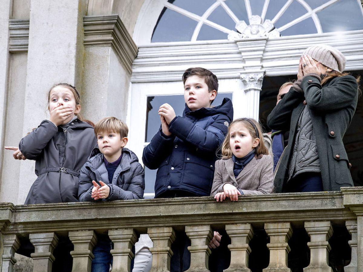 Kronprinsesse Mary er også mor til sine fire børn, Prins Christian, Prinsesse Isabella, Prins Vincent og Prinsesse Josephine. Her ses hun sammen med børnene på Eremitageslottet i Klampenborg. Mens kongefamilien ser rytterne ankomme er der en løbs-official, der bliver ramt af en hest og falder besvimet om. Han bliver senere kørt væk i ambulance. Foto: Bax Lindhardt / SCANPIX