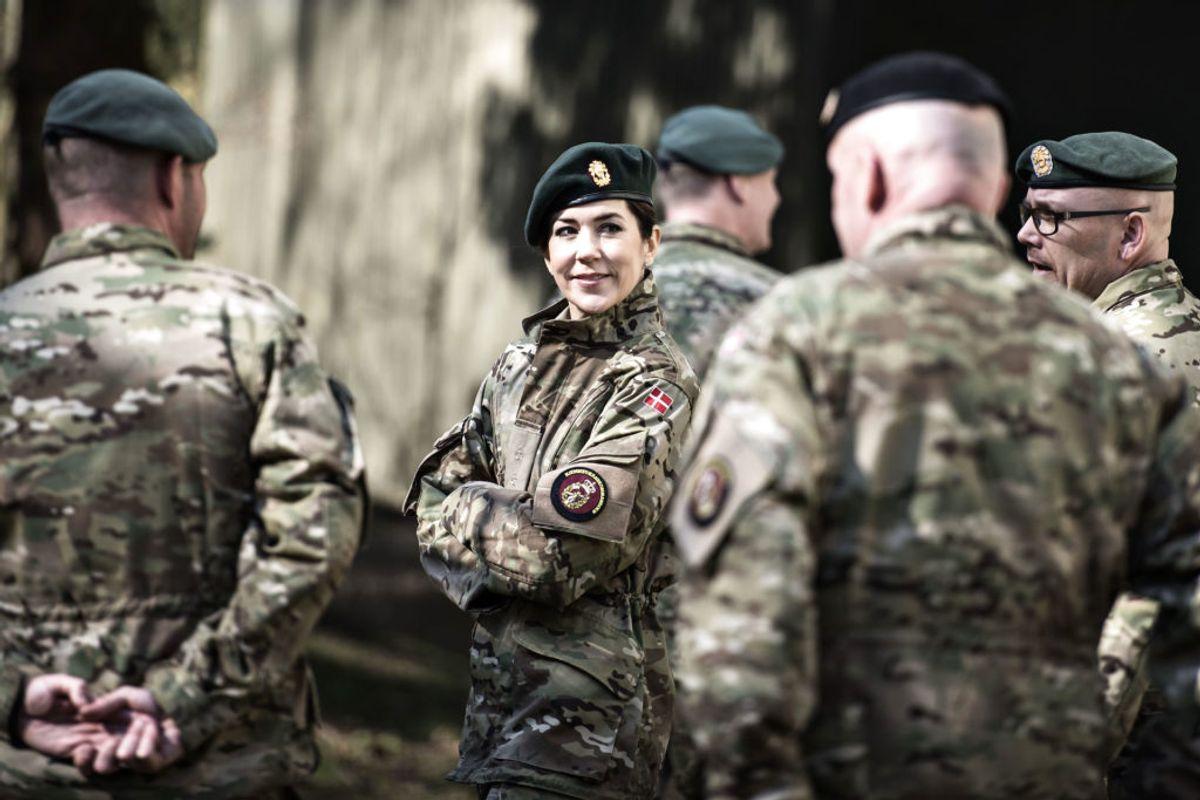 Kongefamilien er også engageret i militæret. Her besøger Kronprinsesse Mary hjemmeværnskommandoen Vordingborg. Foto: Ida Guldbæk Arentsen / Scanpix 2017