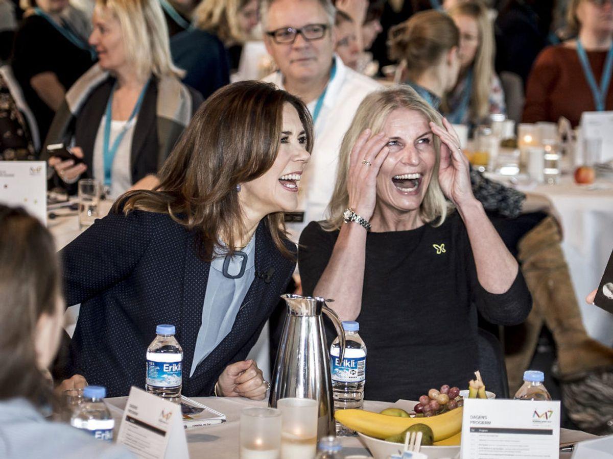 Kronprinsesse Mary er også stifter og formand for Mary Fonden. Her ses hun sammen med fondens direktør Helle Østergaard under Fri for Mobberi 10-års konference i Docken i København. Foto: Mads Claus Rasmussen / Scanpix 2017
