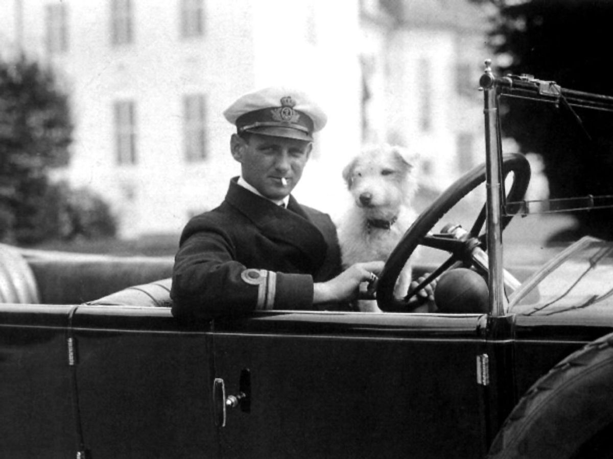1917: Kong Frederik den 9. som kronprins, kører bil med sin hund. Bilen er en Sunbeam. Foto: SCANPIX