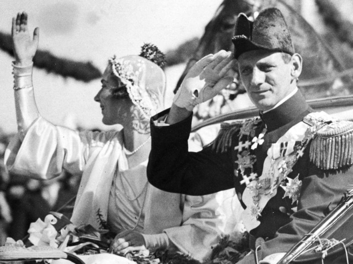 1935: Kong Frederik den 9. som kronprins og kronprinsesse Ingrid efter brylluppet i Stockholm. Foto: SCANPIX