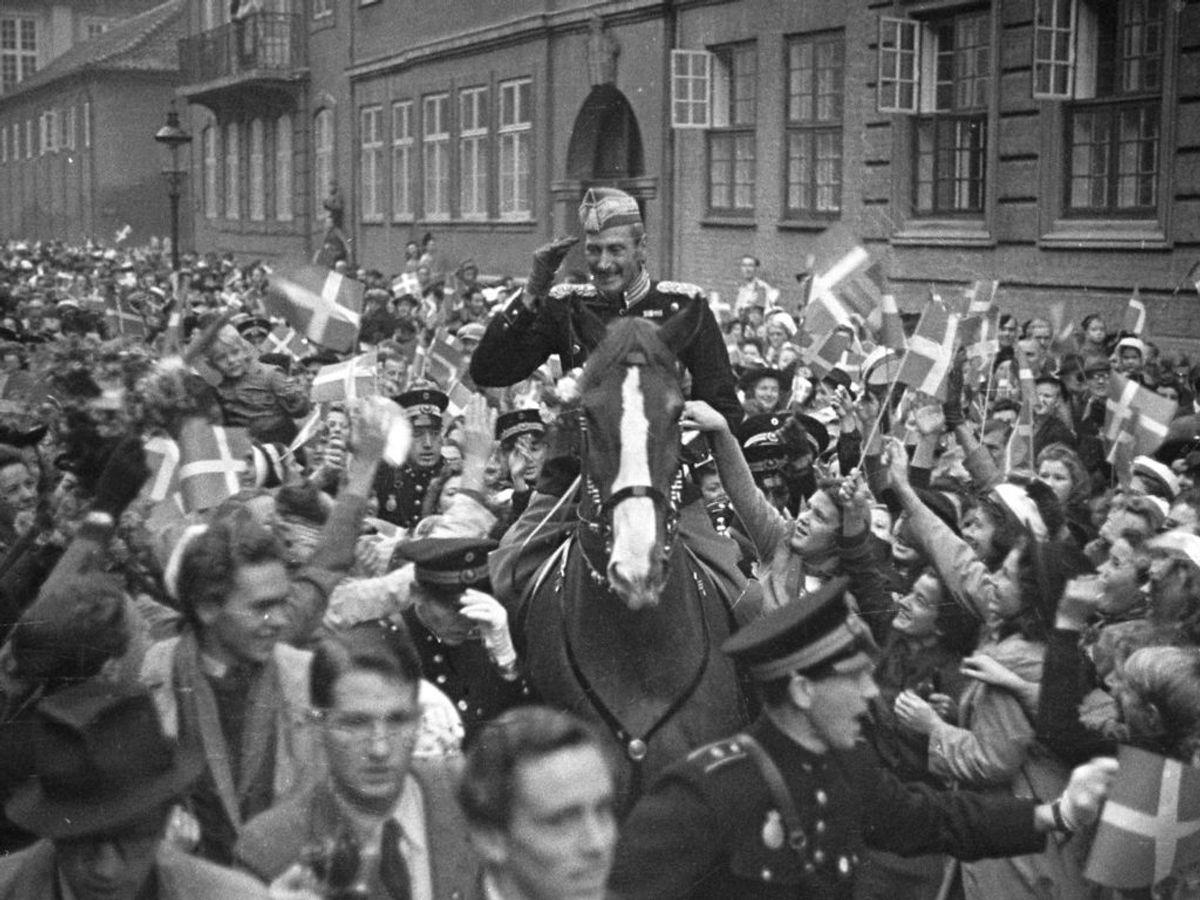 1942: Kong Christian den 10. på sin daglige ridetur gennem København. Foto: SCANPIX