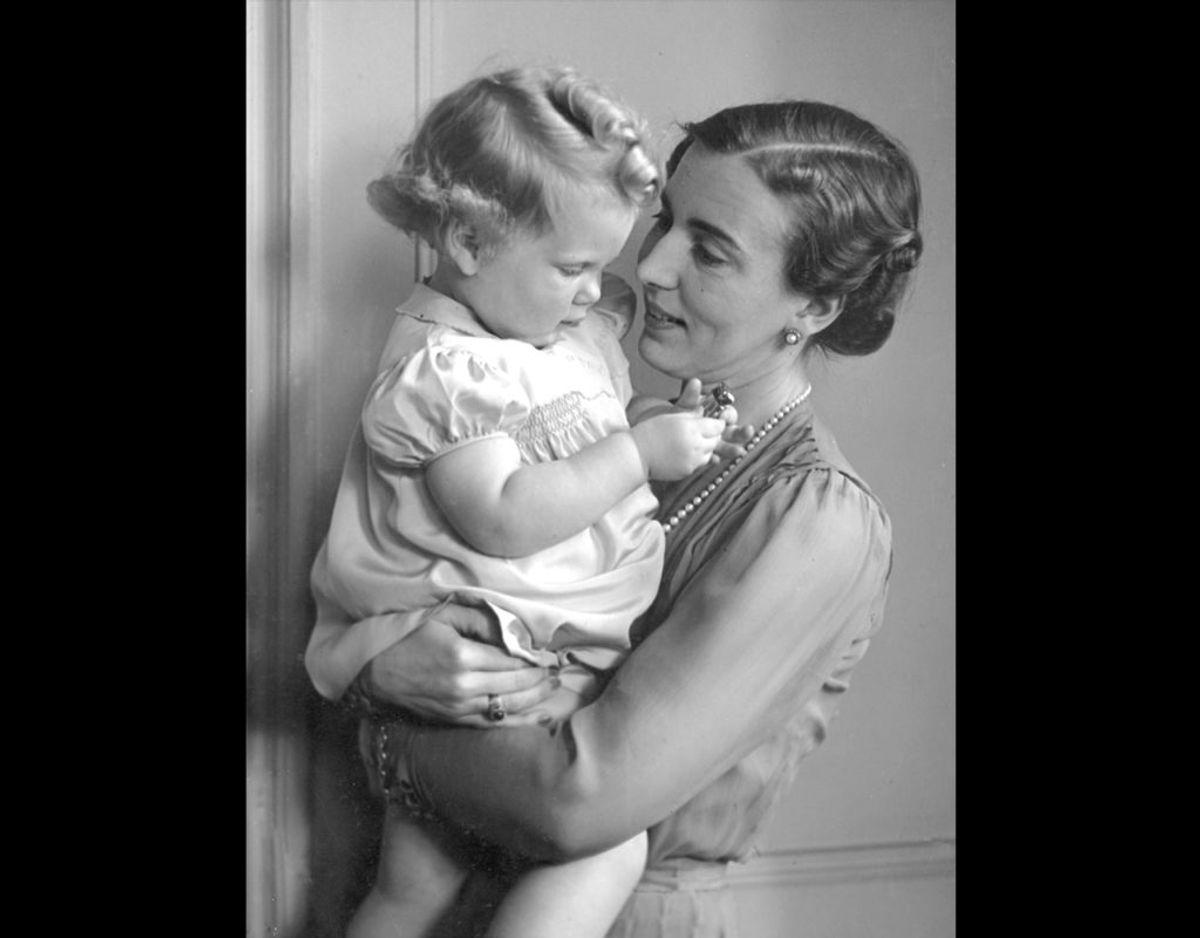 1942: Dronning Ingrid med den lille prinsesse Margrethe. Foto: Danmarks Fotomuseum / SCANPIX
