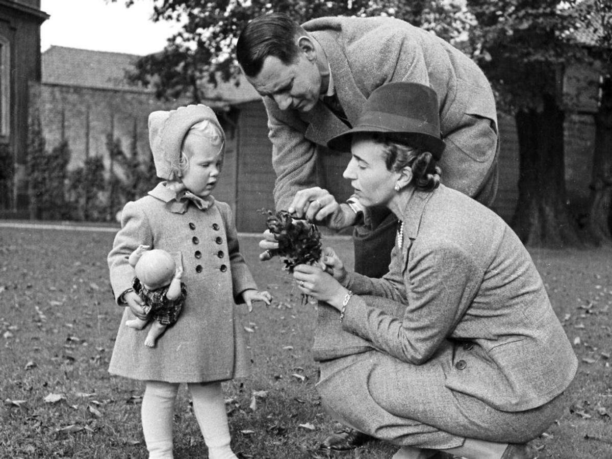 1942: Prinsesse Margrethe sammen med sine forældre, Kong Frederik den 9. som kronprins og kronprinsesse Ingrid i haven ved Amalienborg Slot. Foto: SCANPIX