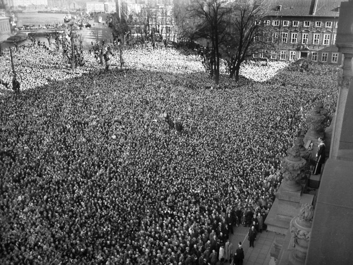 1947: Kong Christian den 10. er død, og Kronpris Frederik udråbes til konge fra balkonen på Christiansborg Slot. Mange tusinder har samlet sig på slotspladsen. Foto: SCANPIX