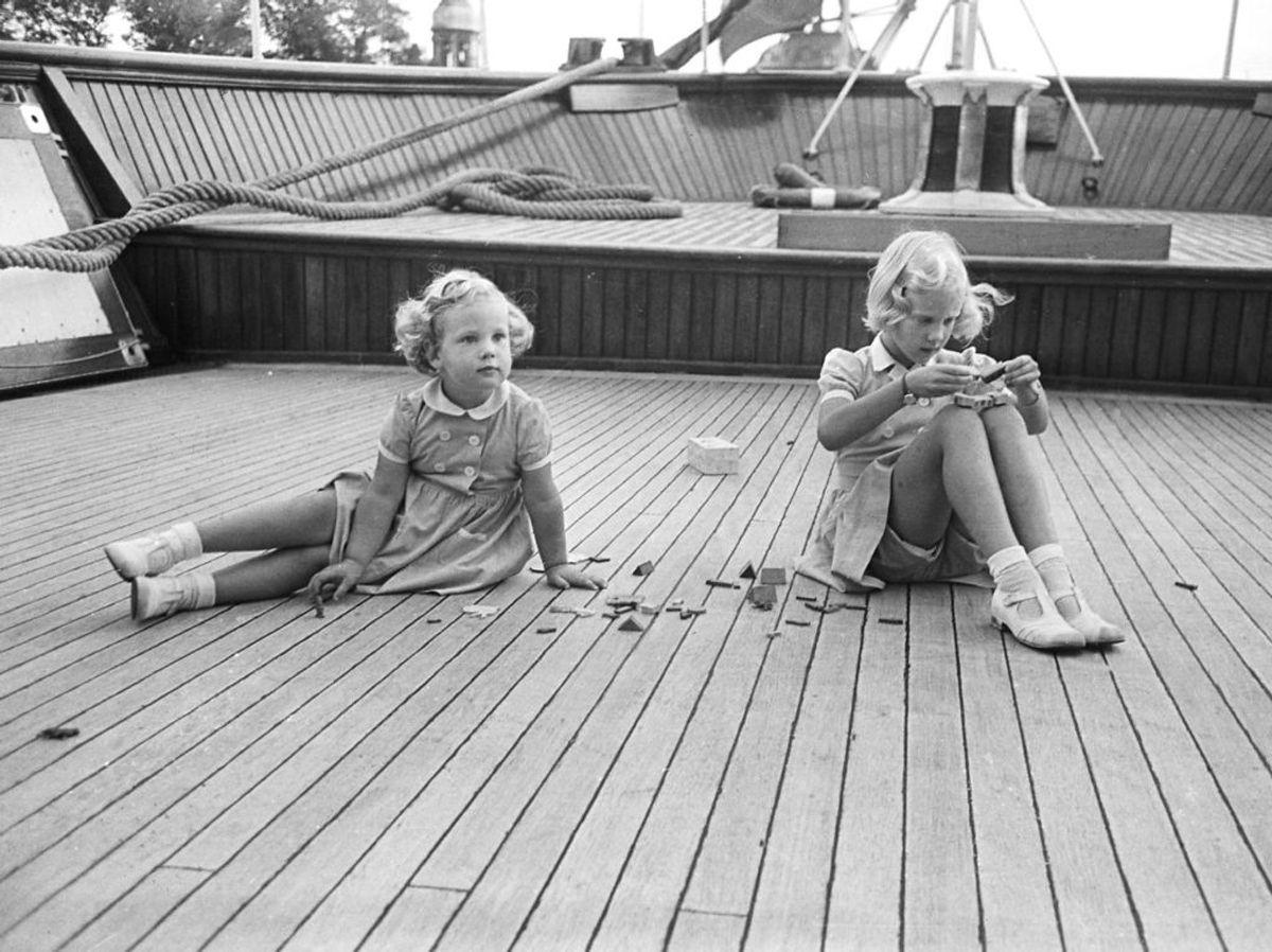 1947: Prinsesse Benedikte (tv) og Prinsesse Margrethe ombord på Dannebrog på vej til Bornholm. Foto: Vittus Nielsen / SCANPIX